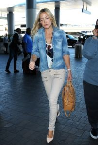 Kate Hudson wearing khaki skinny jeans and chambray shirt