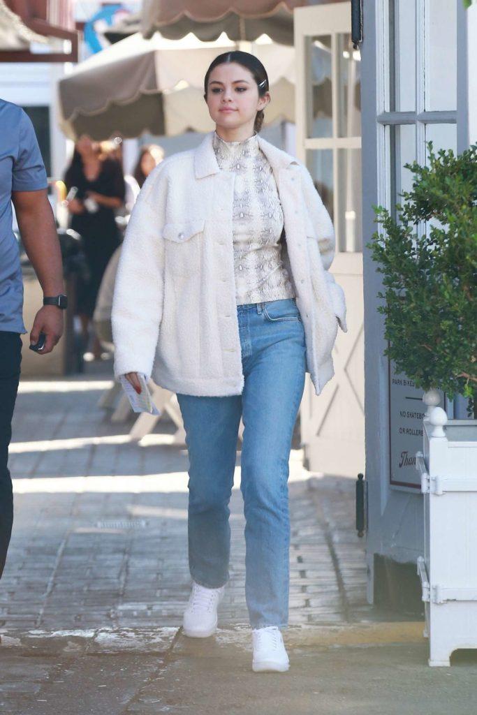 selena gomez outfits, celebrity style, gomez jeans, celebrity jeans
