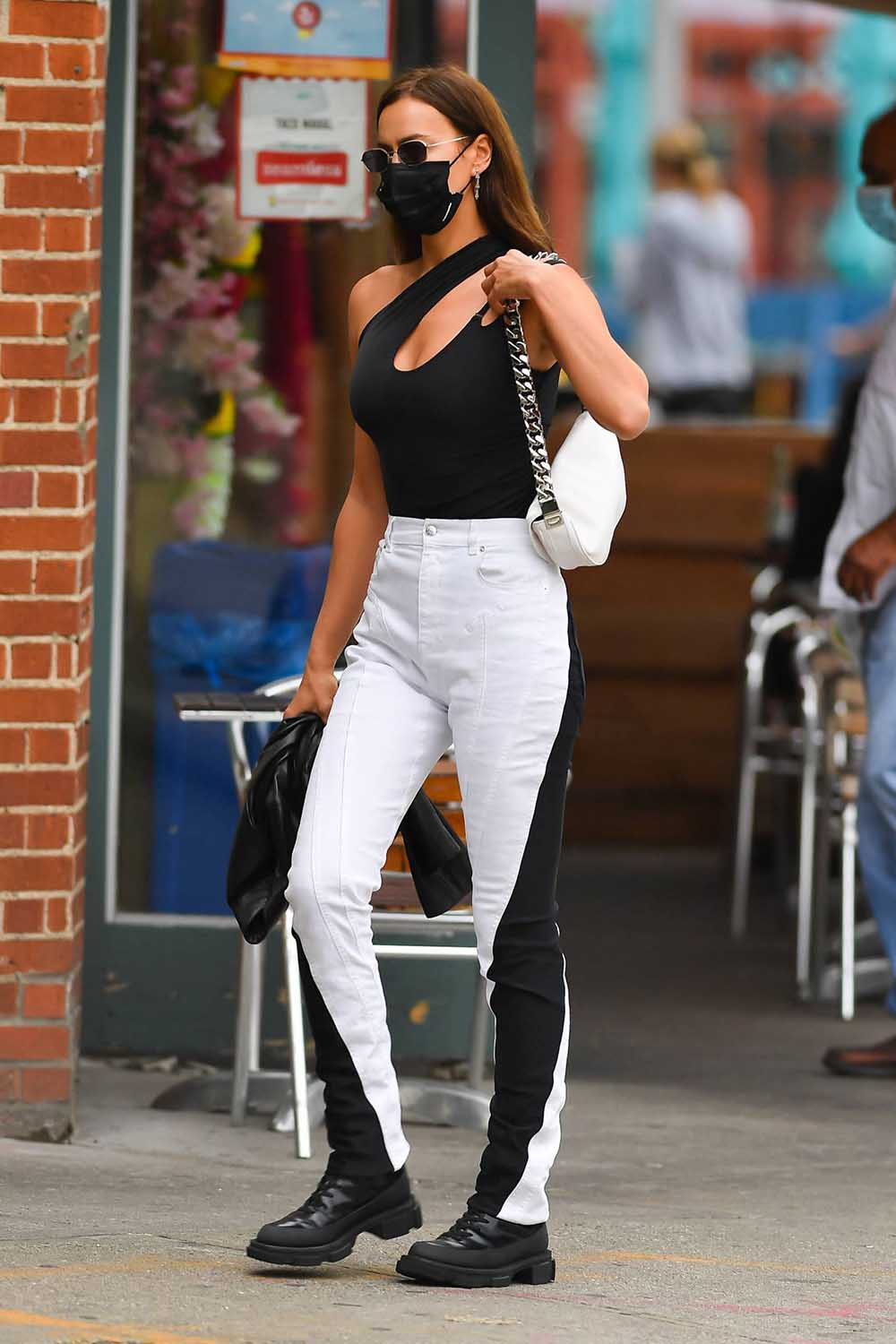 Irina Shayk, black and white jeans, the look for less